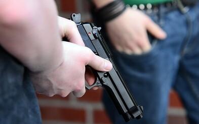 Muž v Plzni pokáral kašlajícího na zastávce. Ten mu začal vyhrožovat pistolí