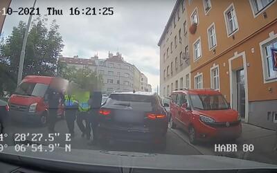 """Muž v Praze přejel nohu městskému strážníkovi. """"Vstávej, ty simulante!"""" křičel na něj"""