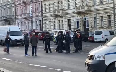 Muž v Praze se před policisty střelil do hlavy plynovkou. Zabiju se, křičel
