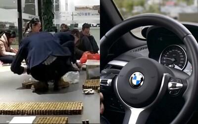 Muž v predajni zaplatil za nové BMW tisíckami mincí, ktoré dlhé roky šetril doma v pokladničke. Prasiatko rozbil s veľkou radosťou