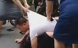 Muž vlastným telom chránil svoju milenku pred zúrivou manželkou, ktorá ich spolu prichytila. Okoloidúci všetko zachytili na video
