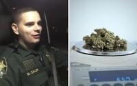 Muž volal na tiesňovú linku, aby nahlásil krádež marihuany. Polícia ho požiadala, aby prestal