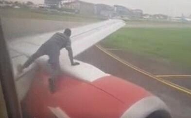 Muž vylezl na křídlo letadla, které se chystalo vzlétnout