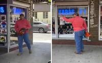 Muž vytáhl motorovou pilu na protestující. Nevěřte černochům a jděte domů, vřískal