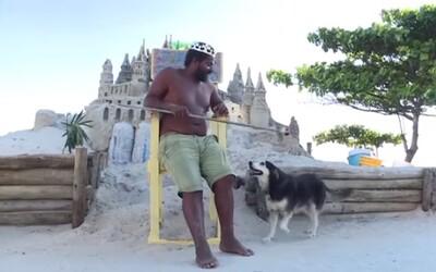 Muž z Brazílie žije už 22 let na pláži v hradu z písku. Má vlastní trůn a dny tráví golfem či rybařením