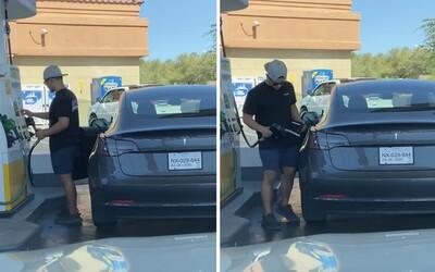 Muž zastavil se svou Teslou na čerpací stanici. Marně hledal otvor, kde se auto tankuje
