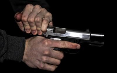 Muž zastrelil 17-ročnú snúbenicu, ktorá držala ich ročného syna. Otec dieťaťa vraj žiarlil na to, že sa o neho príliš starala