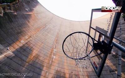 Muž ze závratné výšky 130 metrů krásně trefil basketbalový koš a stanovil nový světový rekord!