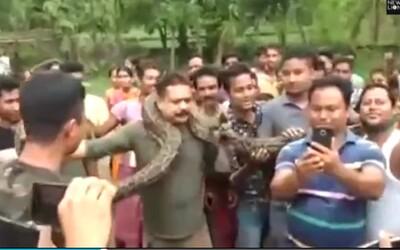 Muža v Indii takmer zaškrtil pytón pri tom, ako pózoval dedinčanom na selfie. Hada mali ochranári odchytiť