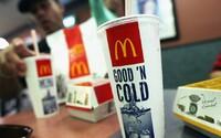 Muža zatkli v McDonald's po tom, čo si kúpil pohár vody a naplnil ho limonádou. Manažér nahlásil krádež a policajti chlapíka spacifikovali
