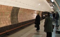 Muže v Praze srazilo metro, nepřežil. Podle svědků ho do kolejiště někdo strčil, policie obvinila dva lidi