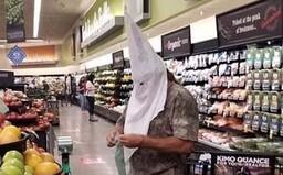 Muži, který chodil v masce Ku Klux Klanu, se nic nestane. Vymluvil se na koronavirus