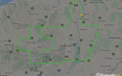 My našim zdravotníkom tlieskame, tento maďarský pilot im prejavil uznanie svojsky: obletel trasu v tvare zdvihnutého palca
