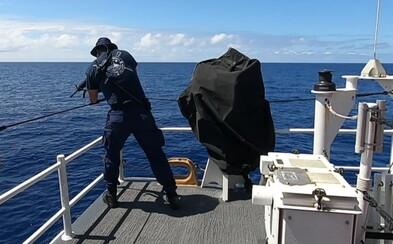 Na 2,5-metrového žraloka musel strieľať z pušky na palube lode. Blížil sa ku kúpajúcim sa členom posádky