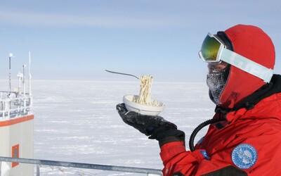 Na Antarktidě si na běžných jídlech moc nepochutnáš. Výzkumník baví lidi fotkami zamrzlých pokrmů