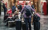 Na batožine mal nápis BOM ako Bombaj, pasažieri vo vlaku ho zbili. Mysleli si totiž, že je terorista