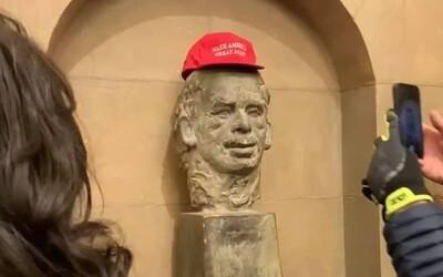 Na bustu Václava Havla v Kapitolu demonstranti položili Trumpovu kšiltovku. Obrázek baví český Twitter.