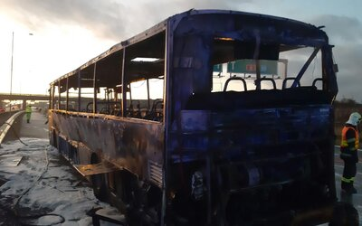 Na dálnici D1 shořel autobus, ve kterém cestovalo zhruba padesát pasažerů. Všichni stihli vystoupit