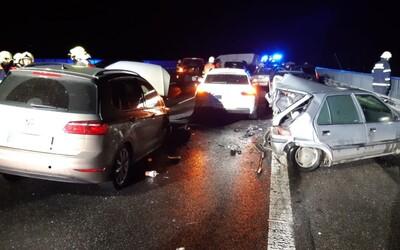 Na dálnici D10 se srazilo 27 aut. Řidiče oslepil kouř ze zapálených pneumatik