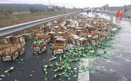 Na dálnici D5 se vysypal náklad s plzeňským pivem