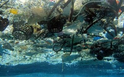Na dne svetových oceánov je asi 14 miliónov ton plastu, hovorí nová štúdia