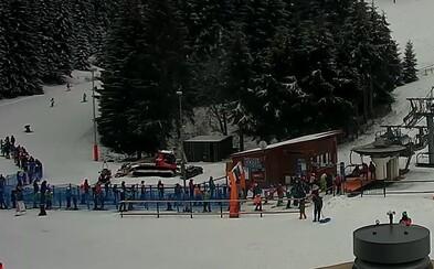 Na Donovaloch stoja lyžiari v dlhých radoch. Minister zdravotníctva len včera hovoril o reťazovom šírení vírusu