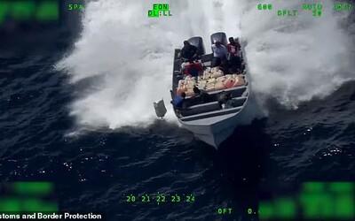Na dramatickom videu pašeráci náhlivo vyhadzujú kokaín z člna. Pobrežná hliadka ich však nakoniec chytila