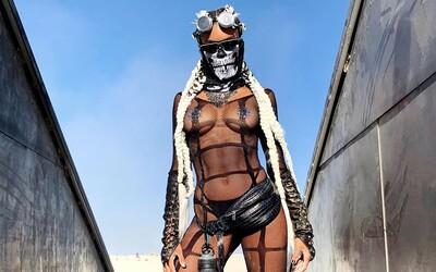 Na festivalu Burning Man 2019 se předvedly i známé osobnosti. Jaké outfity zvolili Paris Hilton či Diplo?