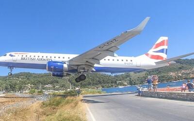 Na gréckom ostrove pristávajú lietadlá len pár metrov nad hlavami turistov