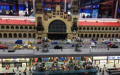 Na Hlavním nádraží v Praze je povedený model z Lega postavený z 342 000 kostiček. Váží skoro 3 tuny