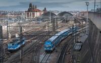 Na hlavním nádraží v Praze se v neděli zastavil provoz vlaků, hasiči také vyráželi k požáru
