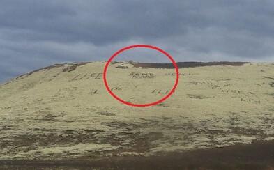 Na islandské skaly sa zvyčajne ryjú symbolické nápisy, no nájdu sa aj iné prípady. Obrovský nápis žiadajúci nahé fotky bude vidno aspoň 70 rokov