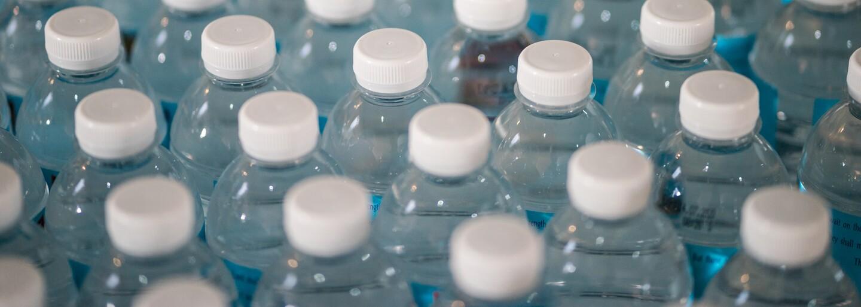 Na jednorazových plastoch sa možno objavia rovnaké varovania ako na cigaretách