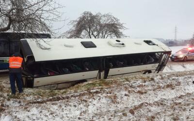 Na Jihlavsku havaroval autobus plný dětí. Na místě je nejméně 10 zraněných