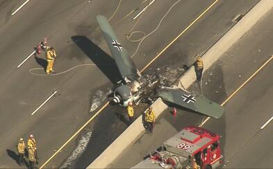 Na kalifornskej diaľnici havarovalo lietadlo ako z nacistickej Luftwaffe v druhej svetovej vojne