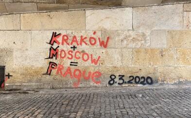 Na Karlově mostě se objevilo další graffiti. Někdo jej posprejoval názvy měst