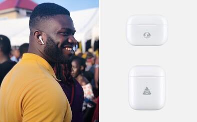Na krabičku od slúchadiel Apple AirPods si môžeš nechať vygravírovať smajlíky. Nechýba ani hovienko