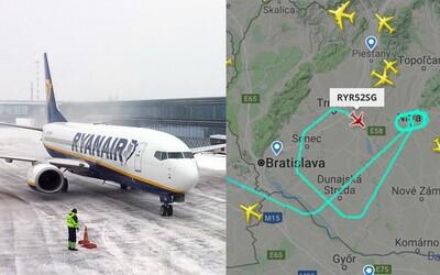 Na letisku v Bratislave nestíhajú odhŕňať dráhu, pre husté sneženie museli lietadlá odkloniť