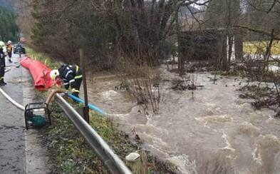 Na Liptove je vyhlásený 3. stupeň povodňovej aktivity. Situáciu monitoruje aj polícia a hasiči