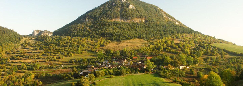 Na Liptove otvorili pôvabnú vyhliadku, odkiaľ sa môžeš pokochať aj Tatrami. Hneď pod ňou nájdeš nádherný Vlkolínec
