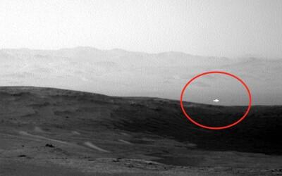 Na Marsu se zjevila jasná bílá záře. Dle konspirátorů jde o UFO, NASA nemá přesné vysvětlení