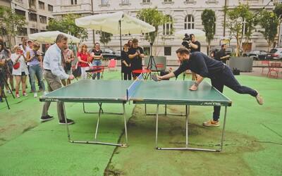 Na mieste parkoviska vznikol moderný priestor pre ľudí, kde si vychutnáš pivo a  zahráš ping pong