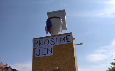 Na místo v Praze, kde stála socha Koněva, někdo umístil záchod