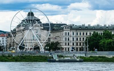 Na nábreží v Bratislave postavili 30-metrové ruské koleso. Atrakcia ako z Londýna má kompenzovať straty kvôli pandémii