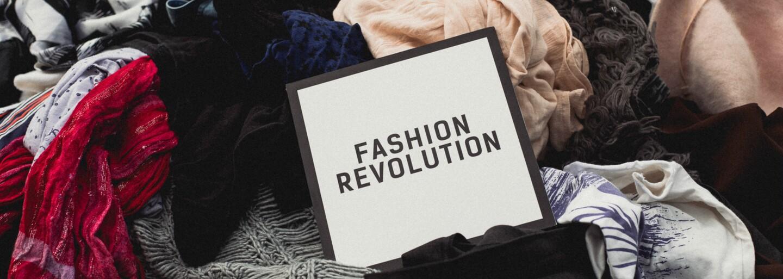 Na Námestí SNP vyrástla kopa starého oblečenia. Fashion Revolution opäť prichádza aj na Slovensko