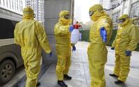 Na následky koronaviru zemřel první člověk mimo Čínu. Počet obětí už vzrostl na 304