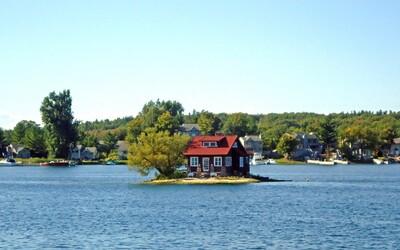 Na nejmenší ostrov světa se vešel jen dům a strom. Kdo si nedá pozor, může skončit ve vodě