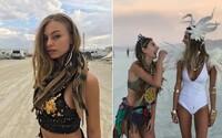 Na nejšílenějším festivalu Burning Man září krásky, které tě ohromí nejen svými outfity