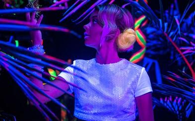 Na největším festivalu EDM v Americe se potká šestice mladých lidí a společně zažijí bláznivou noc ve filmu XOXO od Netflixu