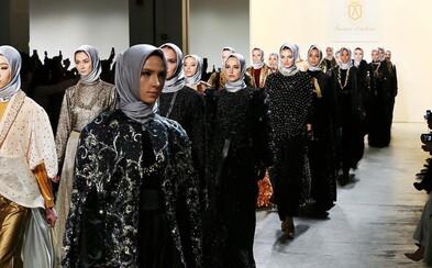 Na newyorskom týždni módy sa po móle prechádzali imigrantky prezentujúce kolekciu moslimskej návrhárky